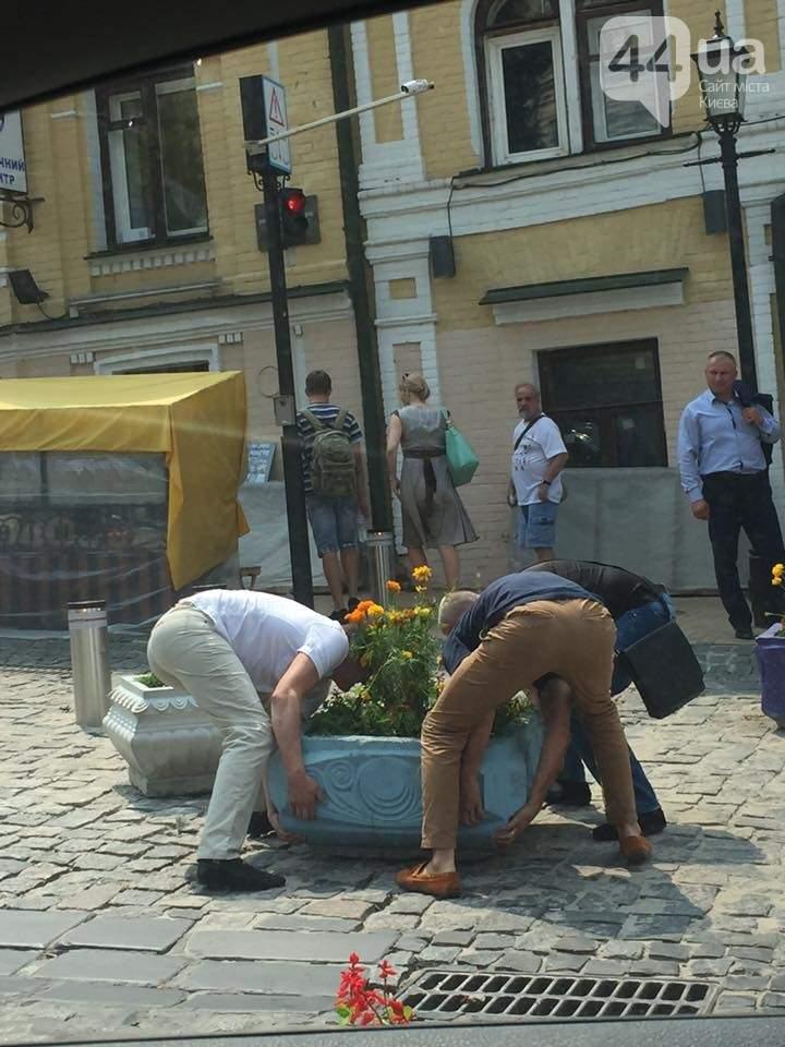 В столице водители убрали клумбы, которые блокировали въезд на Андреевский спуск