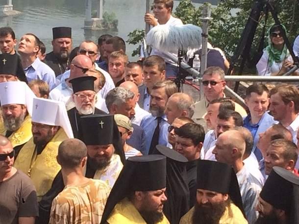 Петр Порошенко приехал к верующим на Владимирскую горку
