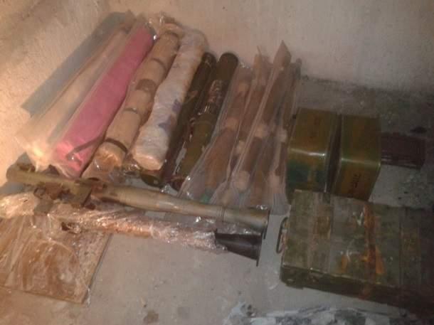 В пригороде Днепра силовики обнаружили тайник с большим арсеналом оружия