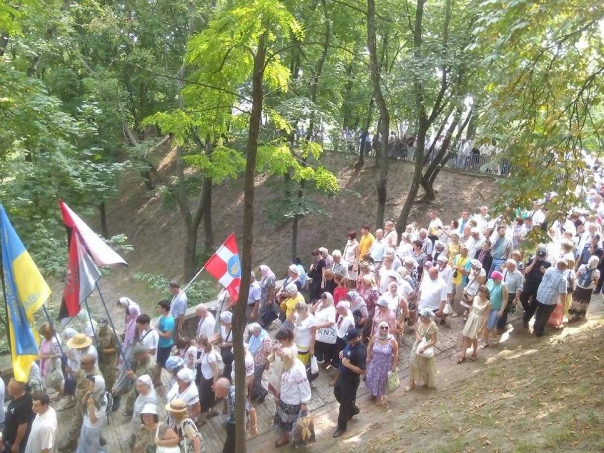6 тысяч участников Крестного хода прибыли на Владимирскую горку для молебна