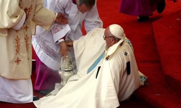 Папа Римский Франциск упал перед началом мессы в Ченстохове