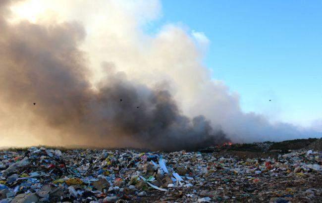 Под Киевом не могут потушить возгорание на свалке