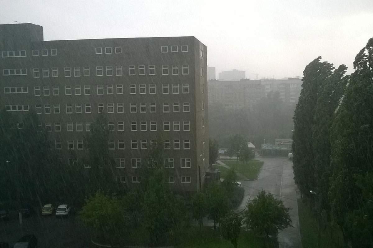 Погодная аномалия в Харькове. На город обрушился град и сильный ливень