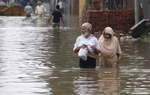 Внезапное наводнение в Пакистане смыло с дороги свадебный автобус