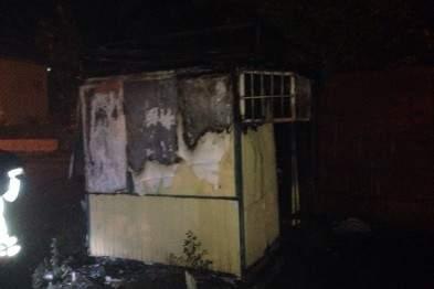 В Киеве во время пожара в недействующем киоске погиб мужчина