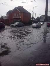 После дождя на улицы Житомира дети вышли поплавать