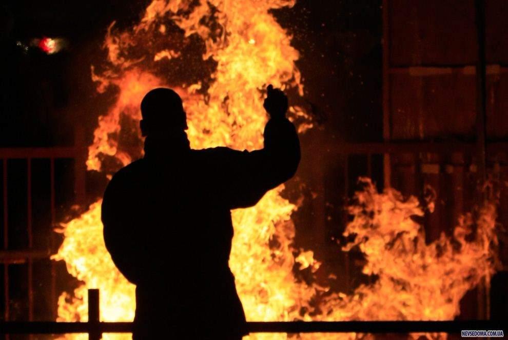 В Индонезии разъяренная толпа подожгла несколько буддистских храмов