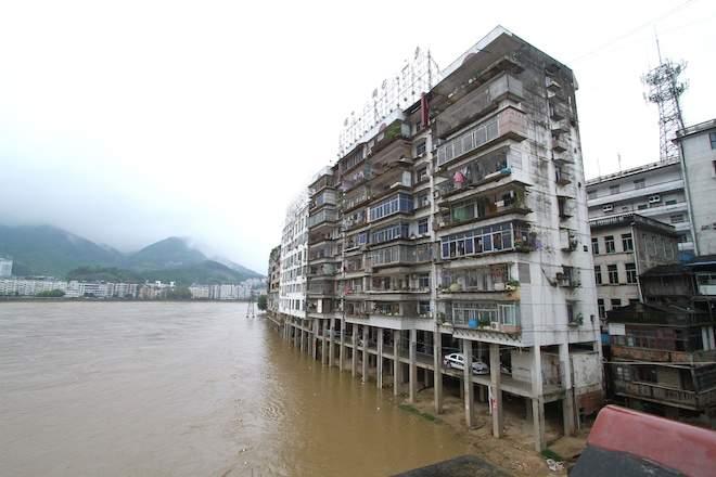 Китаец чудом спасся от наводнения