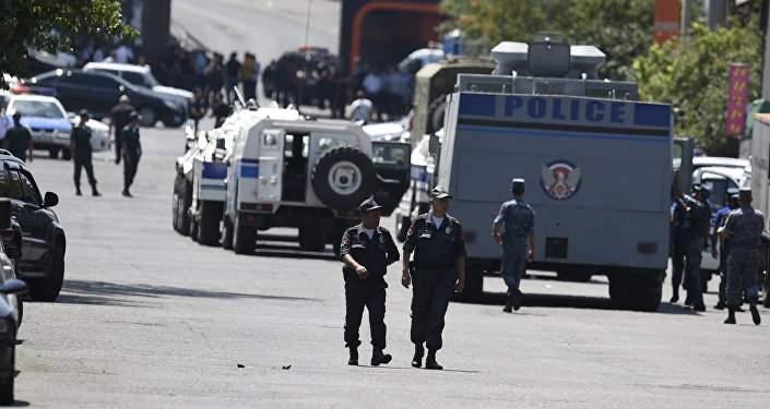 В Ереване слышны взрывы и выстрелы