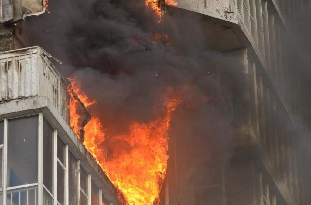 В Харькове горело жилое здание. Задействовано было 30 пожарных