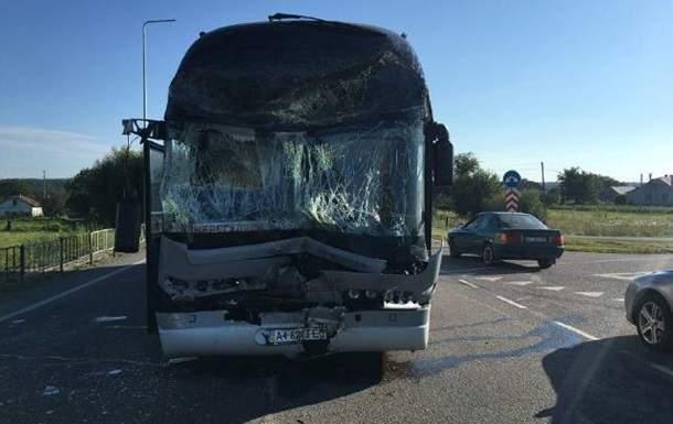 Во Львове произошло ДТП с участием автобуса с детьми. Есть пострадавшие