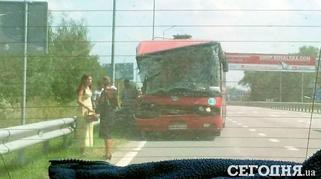 На трассе Киев-Житомир автобус с пассажирами опрокинул грузовик