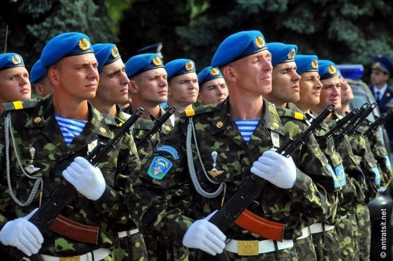 Премьер поздравил украинских десантников