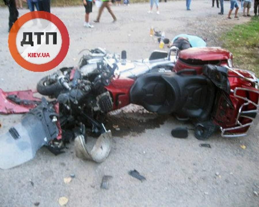 В результате столкновения мотоциклиста с внедорожником, водители погибли на месте