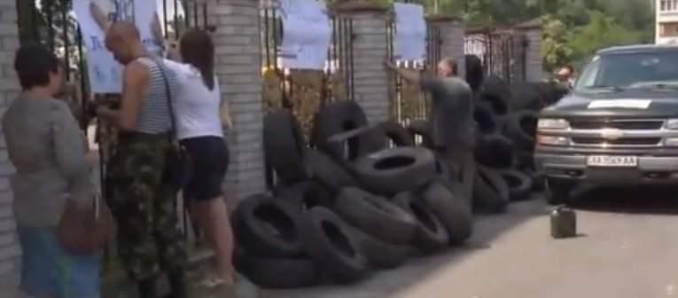 Столичные активисты заблокировали суд, в котором проходит заседание по делу замкомроты