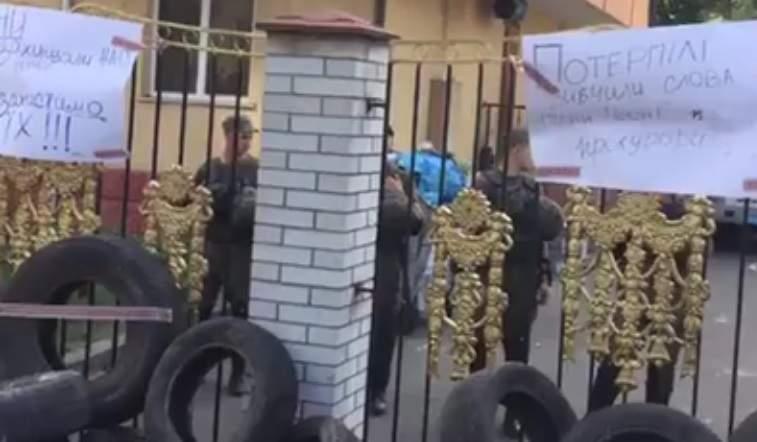 Покрышки и песни под зданием Оболонского районного суда Киева