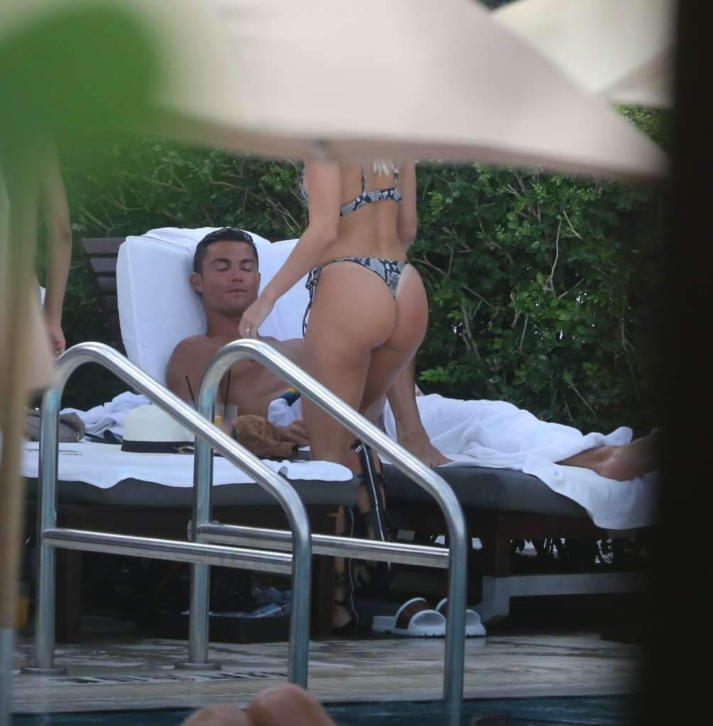 Новая порция фото отдыха Роналду в компании новой пассии