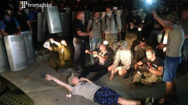 Активисты перекрыли выезд из территории Оболонского суда