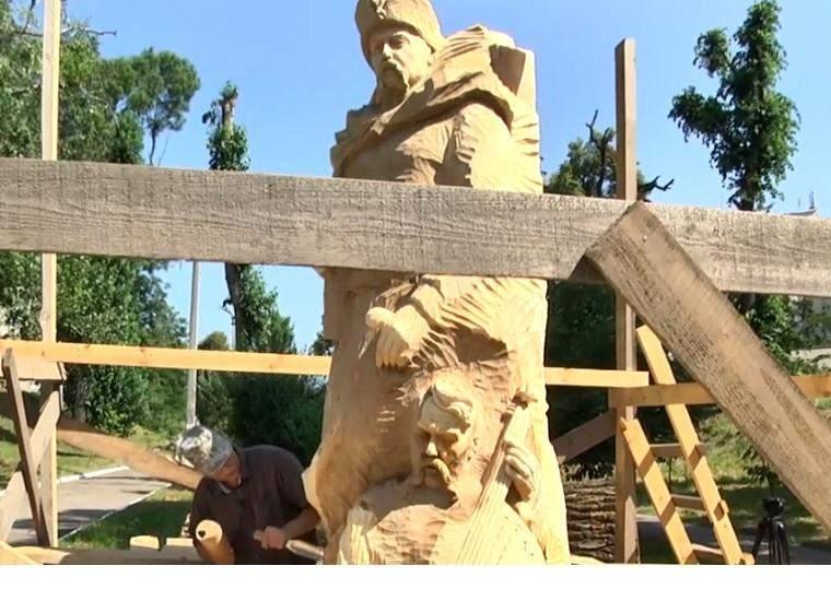 Львовский скульптор превращает аварийные деревья в украшения парка