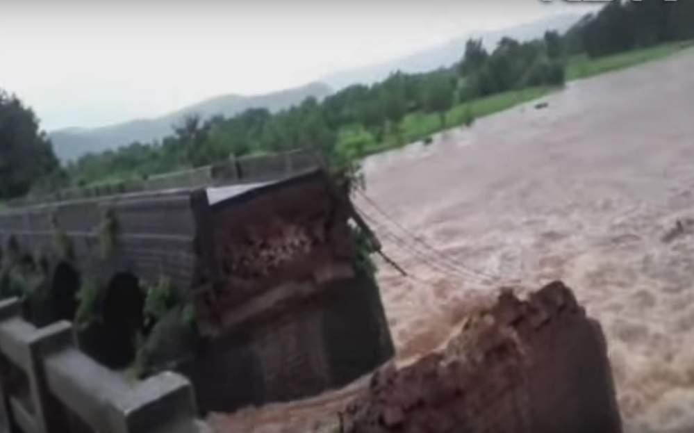 В результате проливных дождей в Индии рухнул мост, более 20 человек пропали без вести
