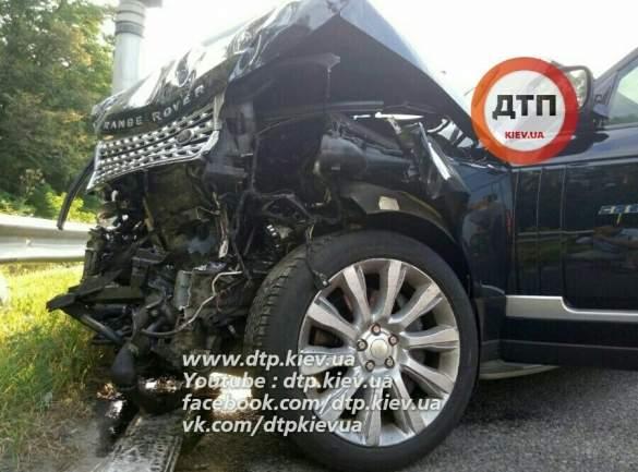 Под Киевом Range Rover снёс два отбойника, автобус и Nissan