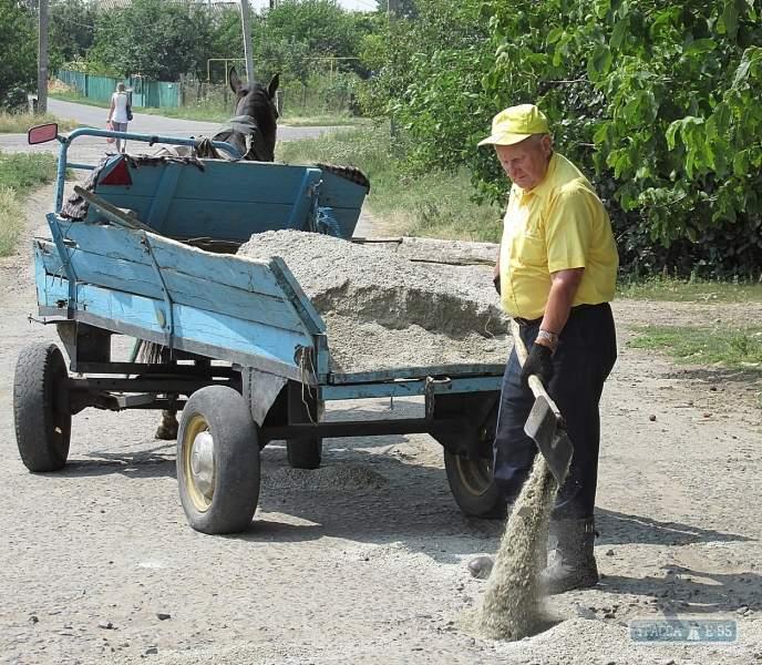 В Одесской области пенсионер сам отремонтировал дорогу