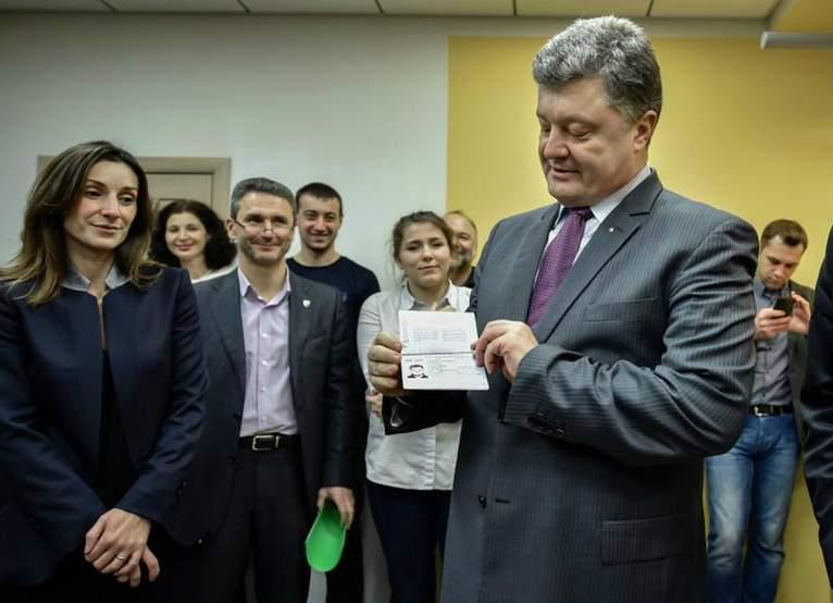 Порошенко подписал закон о переходе на ID-паспорта