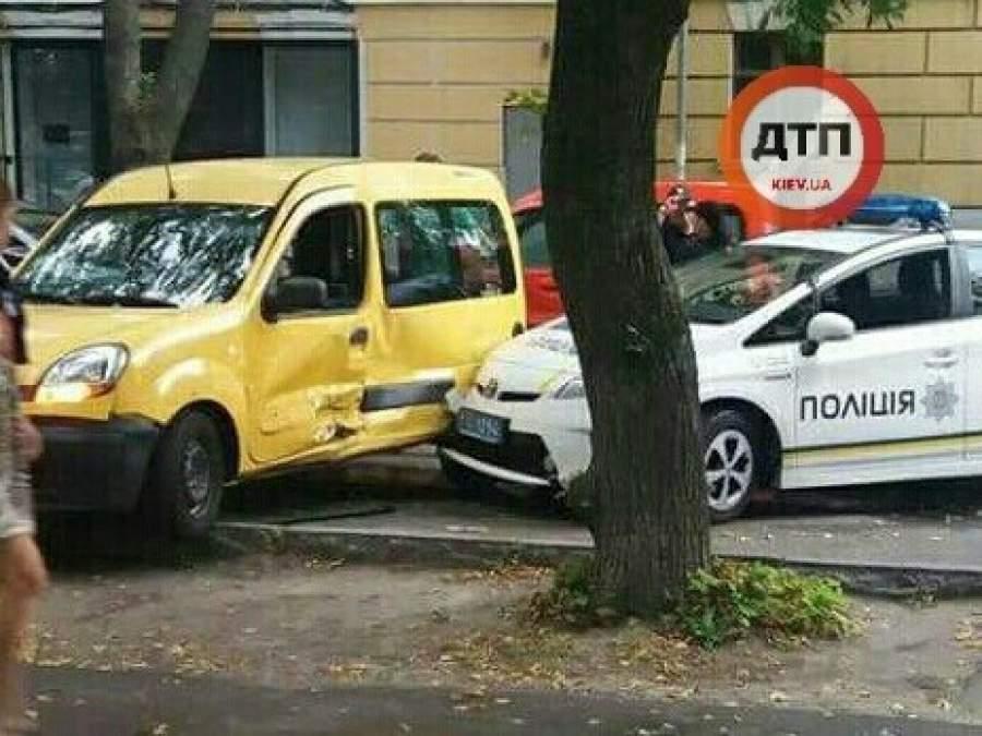 Полицейский Приус протаранил припаркованный автомобиль