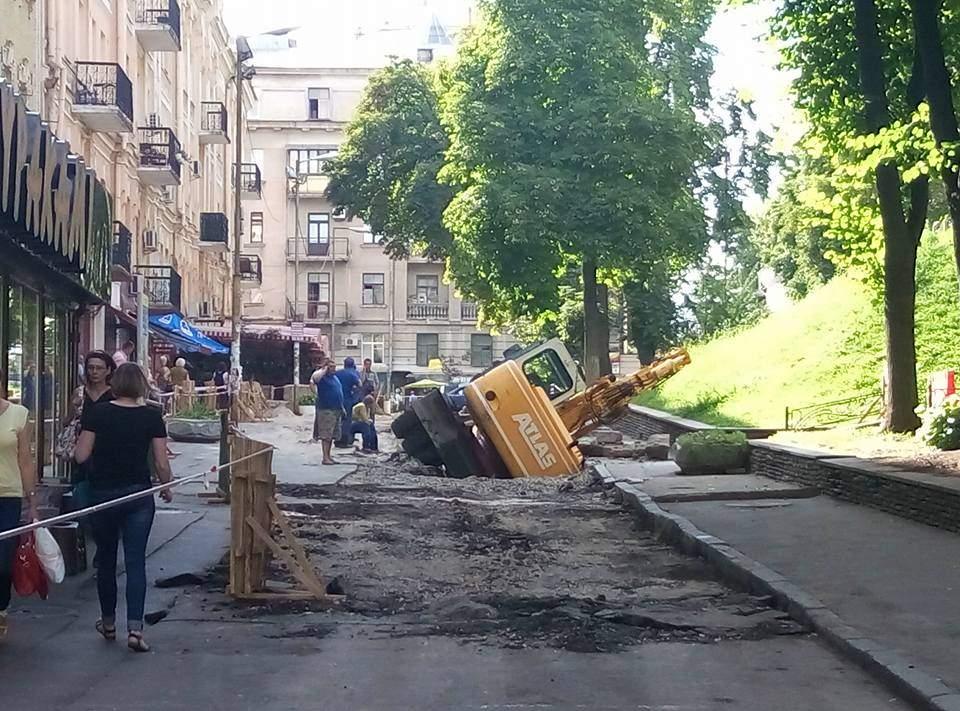 В столице под землю провалился экскаватор
