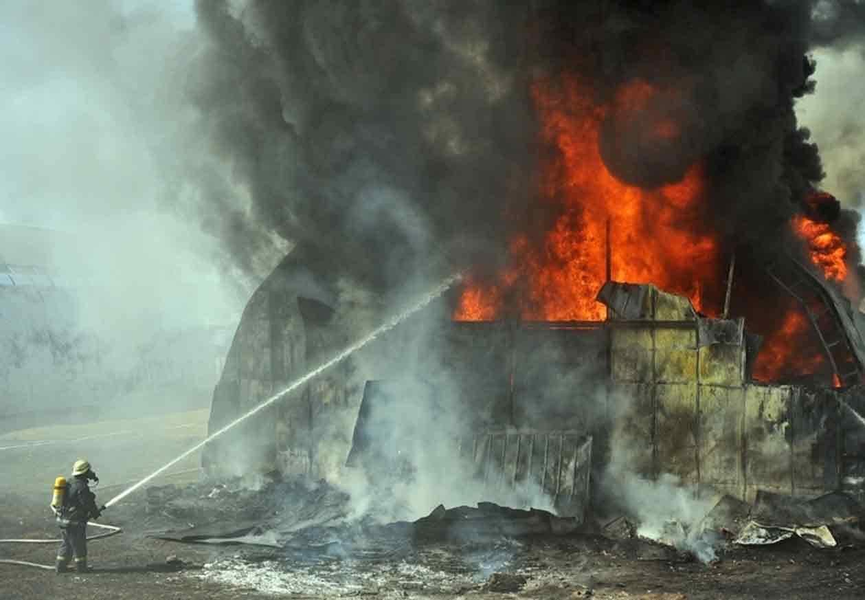 В Петербурге горит ангар высотой до 9 метров