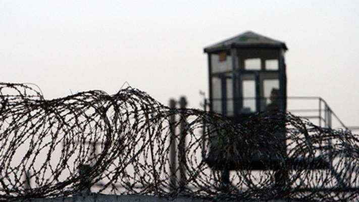 Во французкой колонии заключенный взял двоих людей в заложники