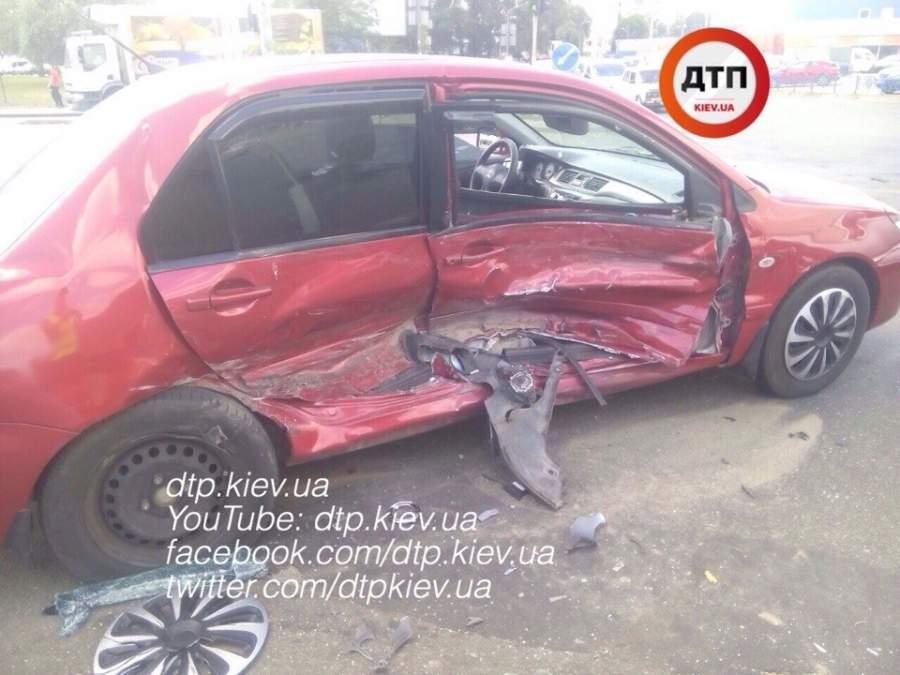 ДТП в Киеве. Столкновение двух авто привело к госпитализации семейной пары