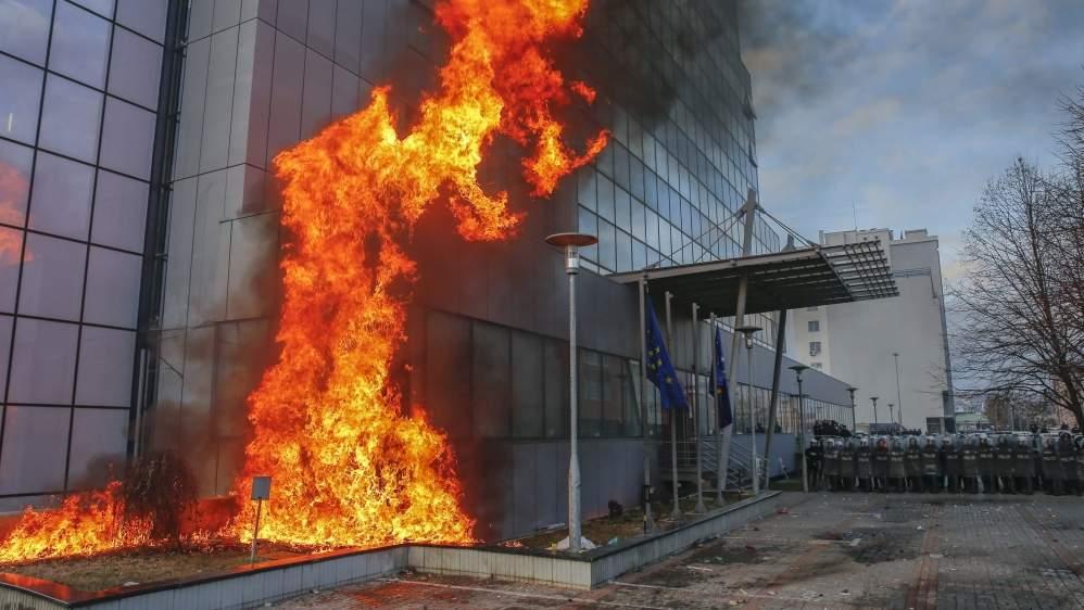 В здание парламента Косово неизвестные бросили взрывчатку
