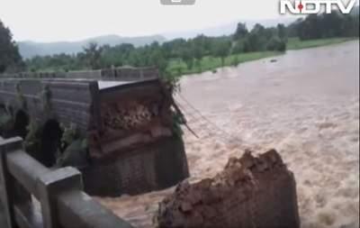В Индии обрушился мост. Есть погибшие