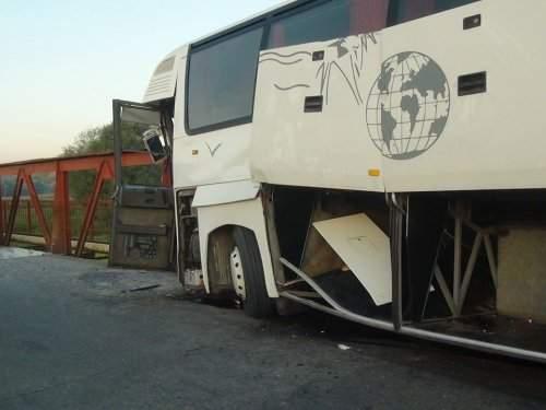 На Прикарпатье автобус снёс опору моста
