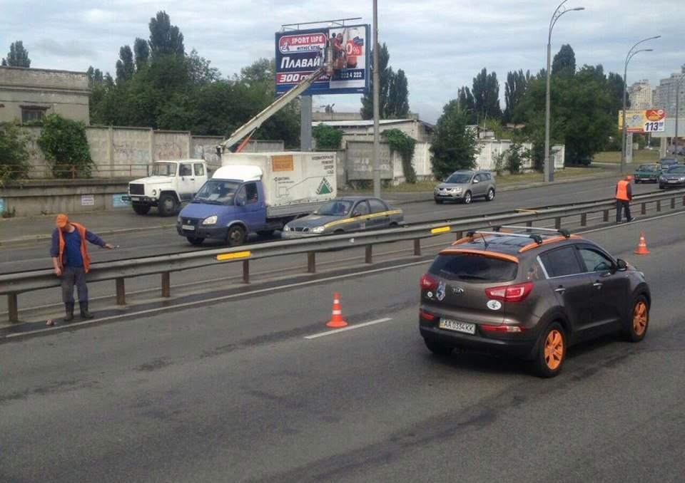 В Киеве на одной из улиц дорожники установили новые световозвращающие элементы