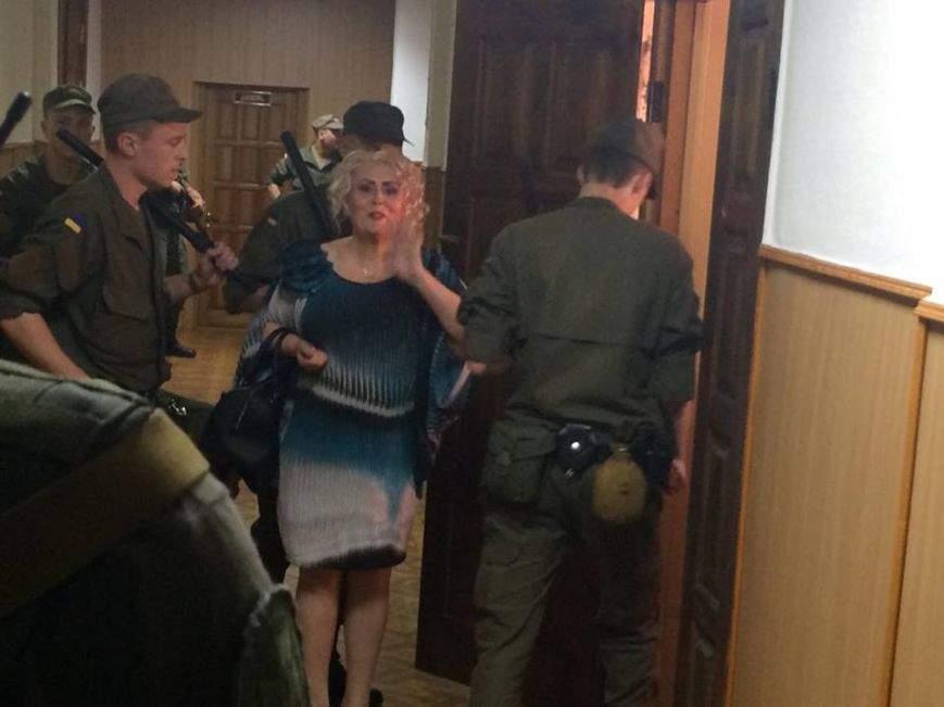В Харьковском суде Штепа призналась в любви журналистам и послала им воздушный поцелуй
