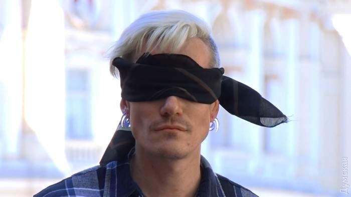 В центре Одессы ЛГБТ-активист просил прохожих обнять его