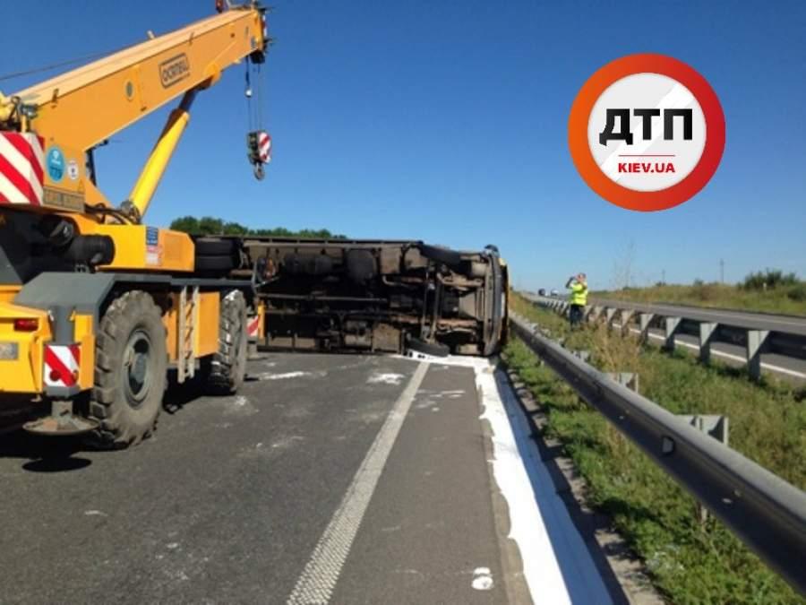 На трассе Киев-Харьков нетрезвый водитель опрокинул грузовик