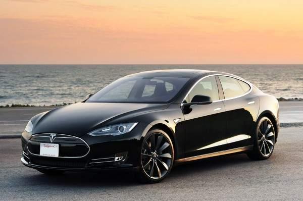 В благодарность за повышение зарплаты сотрудники подарили своему СЕО авто Tesla