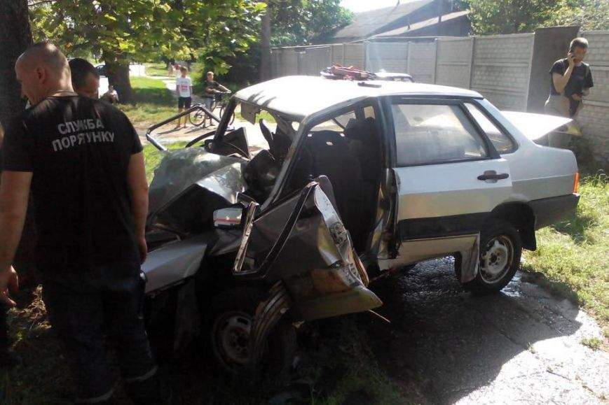 В Харькове пьяный водитель с разгону впечатался в бетонный столб