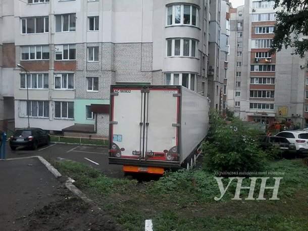 В Хмельницком грузовик протаранил четыре автомобиля и врезался в многоэтажку