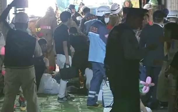 Во время фестиваля в Токио пожилой мужчина бросал в толпу