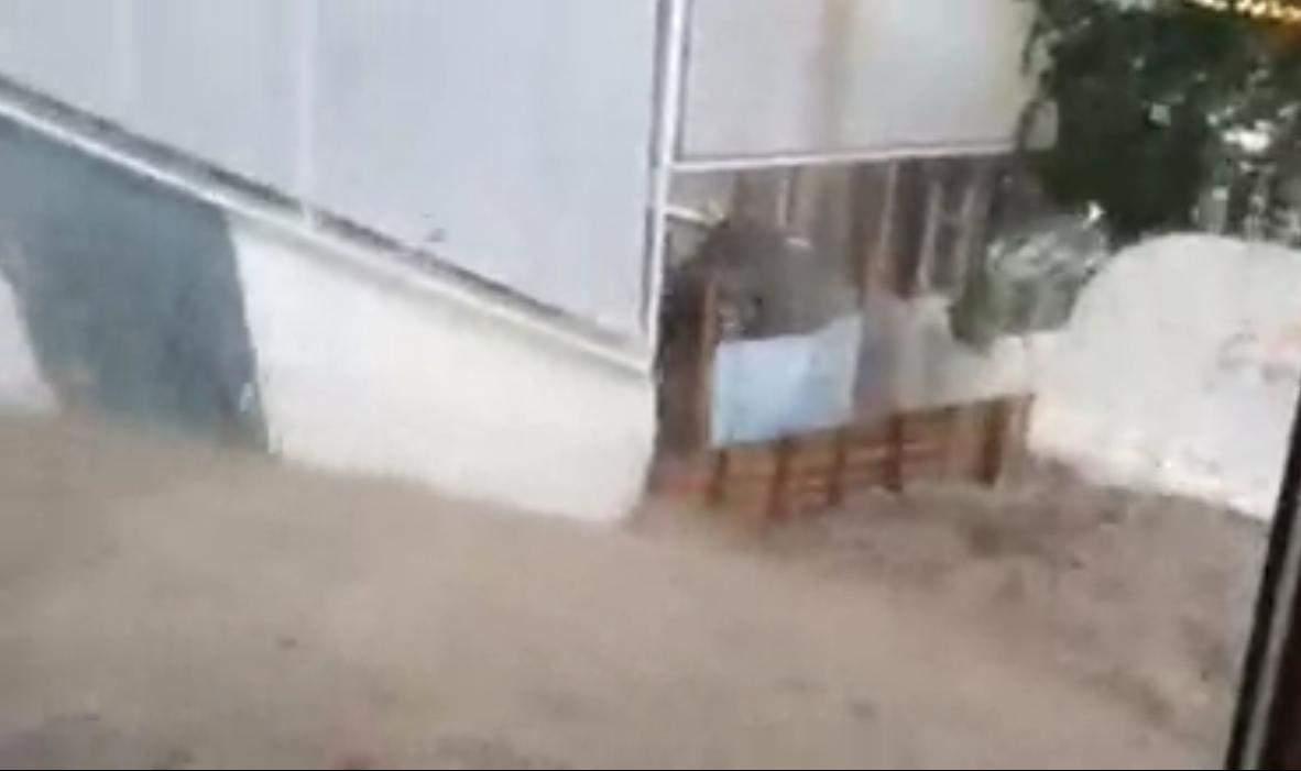 В соцсетях появились видео сегодняшнего ливня в Одессе, который затопил весь город