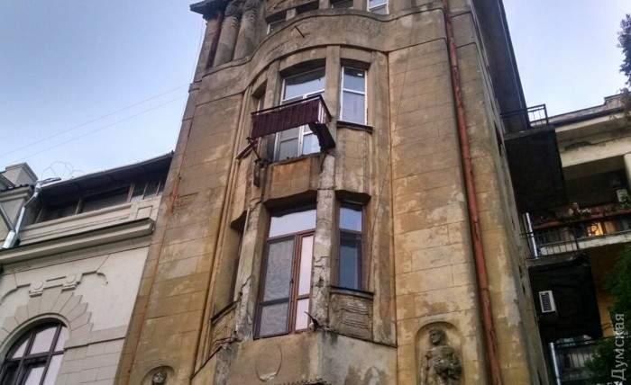 В центре Одессы обрушилось несколько балконов с дома, который является памятником архитектуры