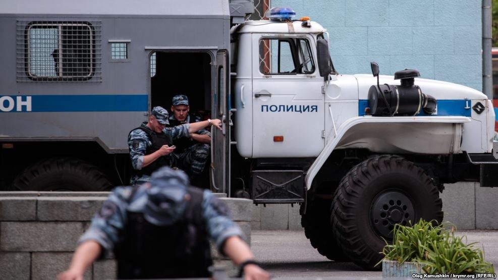 Госавтоинспекция и ОМОН массово проверяют автобусы на крупных трассах Крыма