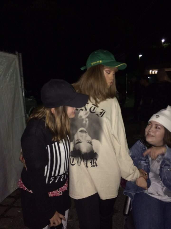 Рианна провела время с фанами после своего концерта в Мюнхене