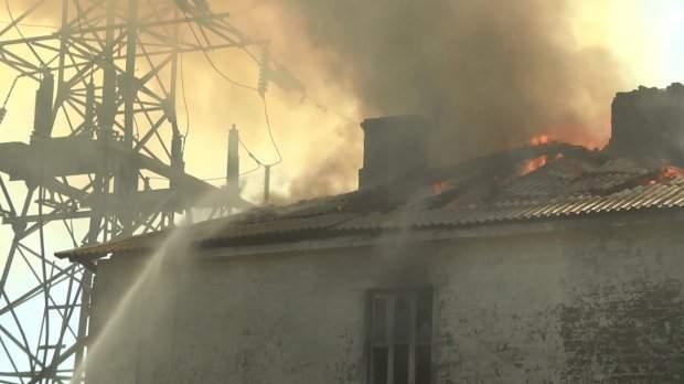 В столице под высоковольтными проводами загорелся дом