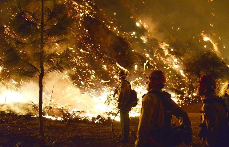 Тысячам домов восточнее Лос-Анджелеса угрожает природный пожар