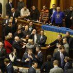 Депутат Верховной рады Украины бросил дымовую шашку на заседании